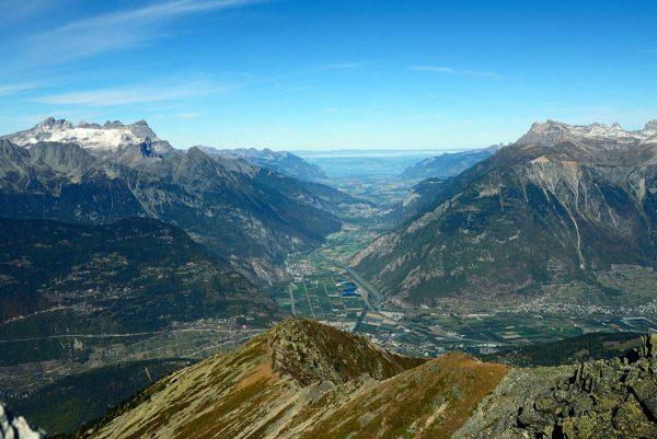 La vallée du Rhône entre Martigny et le lac Léman, parfaite illustration d'une profonde vallée glaciaire comblée par les alluvions du Rhône