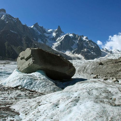 Blocs erratique en phase de transport sur la Mer de Glace