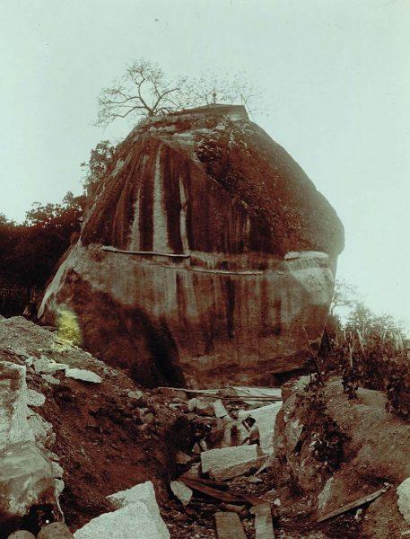 Ce bloc de granit de 40 tonnes provenant de la Pierre d'Orthaz sert de piédestal au monument aux morts de Chamonix.