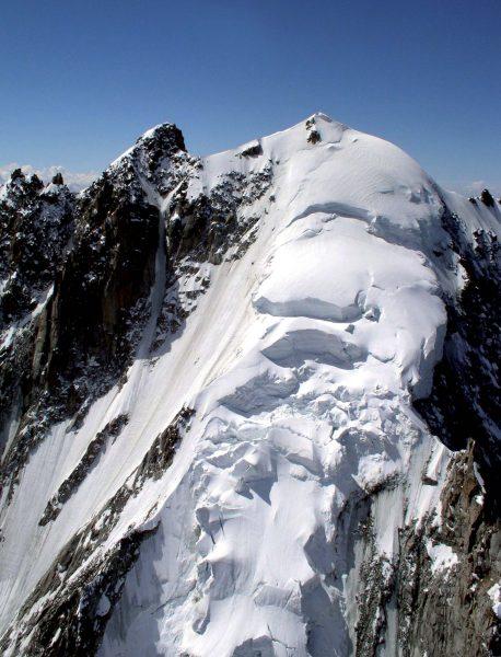 Glaciers de calotte: les calottes glaciaires s'installent sur un sommet dont la topographie est suffisamment douce, et d'altitude assez élevée pour y permettre l'accumulation neigeuse. L'écoulement se fait alors de tous côtés.