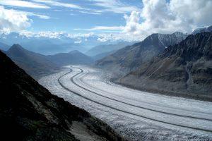 Moraines centrales ou médianes sur le glacier d'Aletsch, le plus grand glacier des Alpes