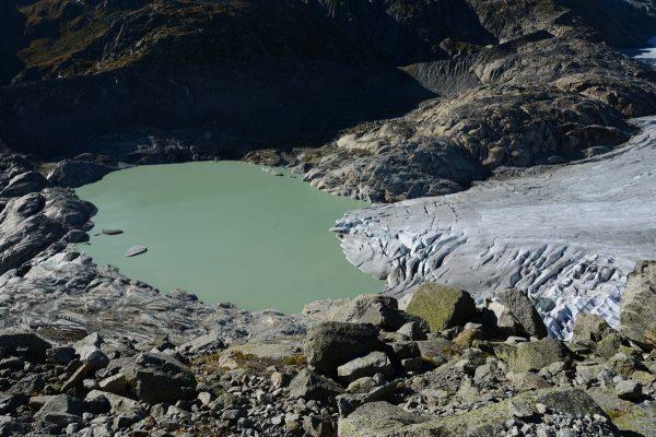 Lac du glacier du Rhône en 2015, retenu par un verrou rocheux