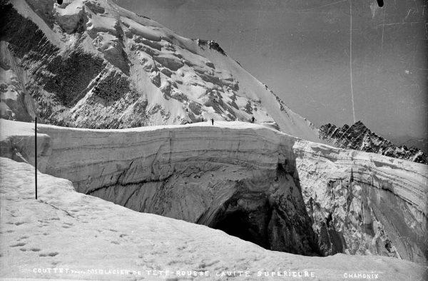 Le puits à la surface du glacier de Tête-Rousse, correspondant à l'effondrement de la voûte de glace située au-dessus de la poche d'eau ©Gay Couttet