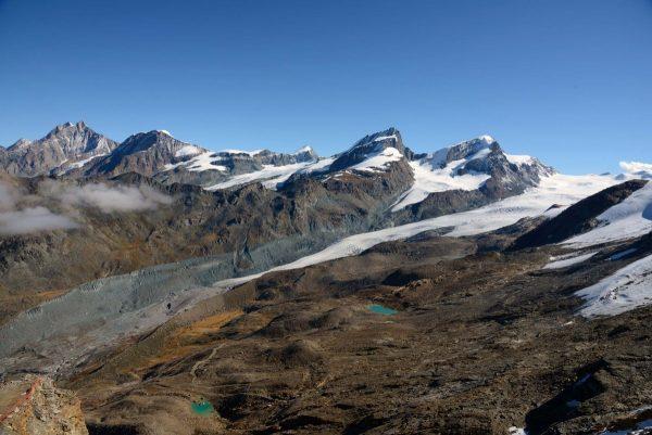 Glacier de Findelen, vue d'ensemble en été 2015. Les moraines du Petit Age Glaciaire marquent bien le maximum d'extension du glacier au XIXe siècle.