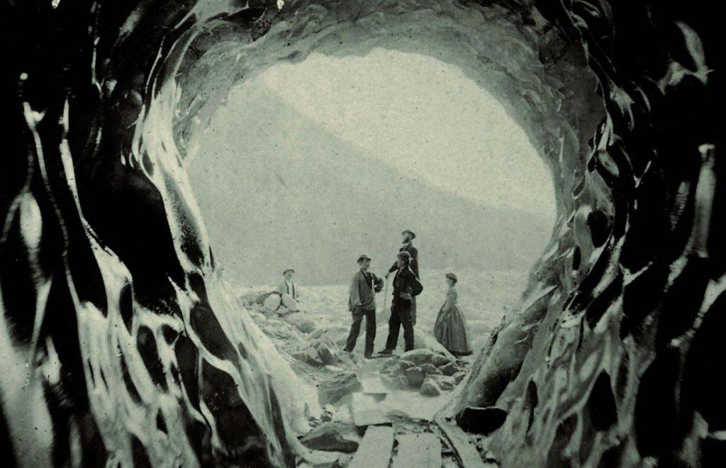 L'unique photo de la grotte de glace du glacier des Bois en 1863. En arrière plan, la montagne de la Côte © Y. Abraham