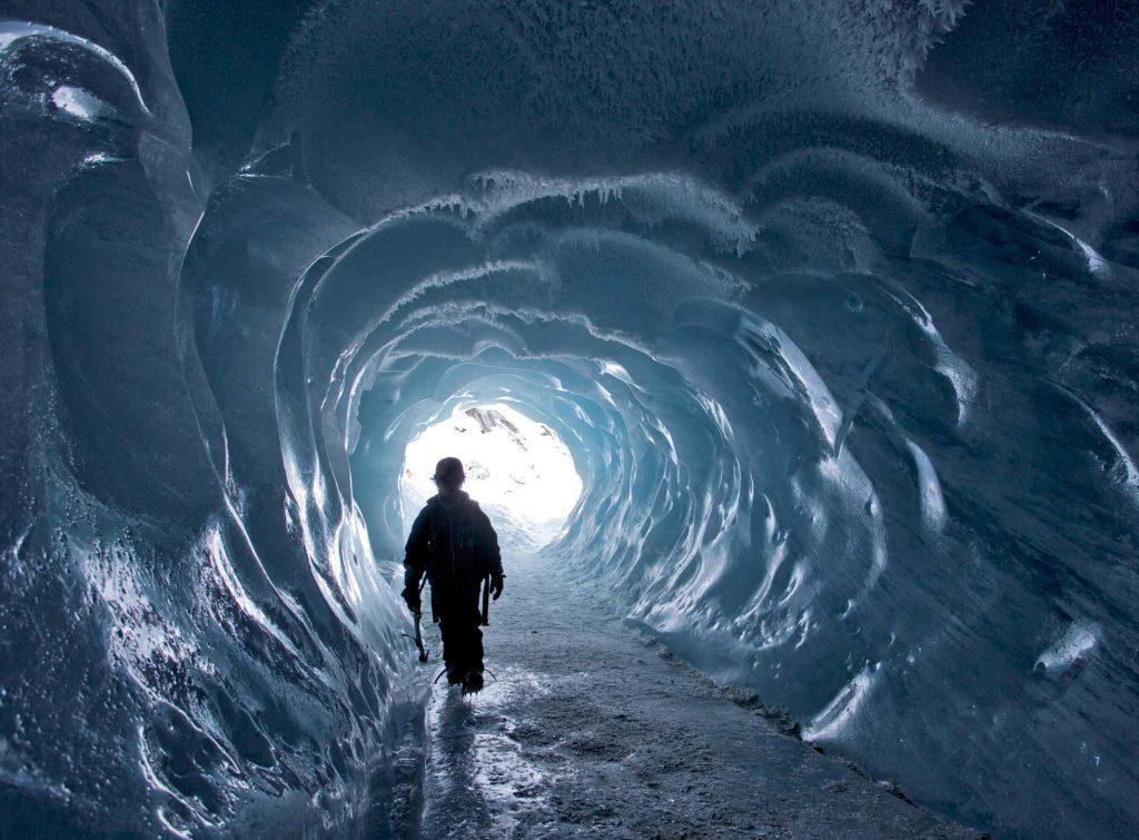 La grotte de glace de la Mer de Glace creusée à l'initiative de Jean Marie Claret en 1947© J.F. Hagenmuller