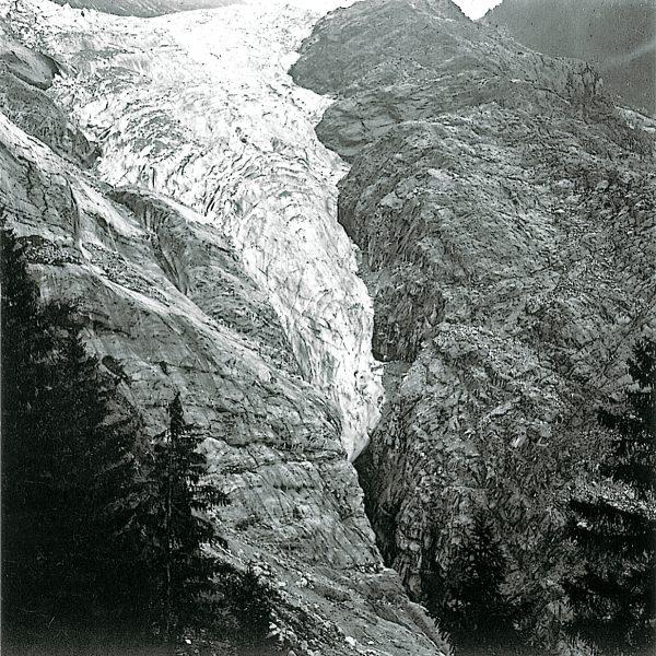 La langue terminale de la Mer de Glace confinée dans la gorge de l'Arveyron vers 1900.
