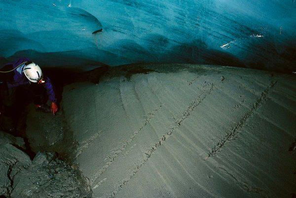 Dans la cavité sous glaciaire du glacier d'Argentière