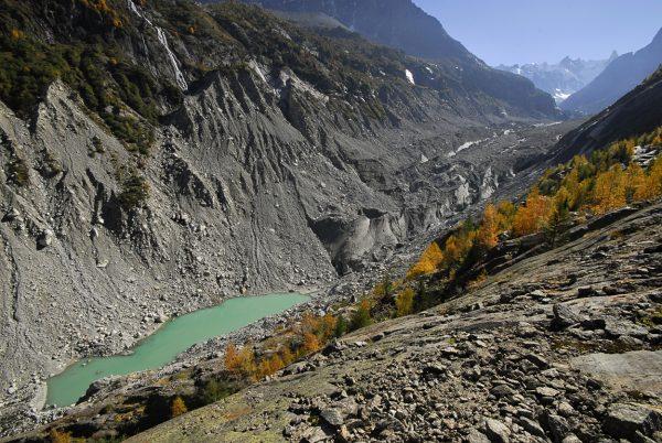 Depuis 1988, le retrait de 750 m de la langue glaciaire à libéré des lacs proglaciaires © Pascal Tournaire