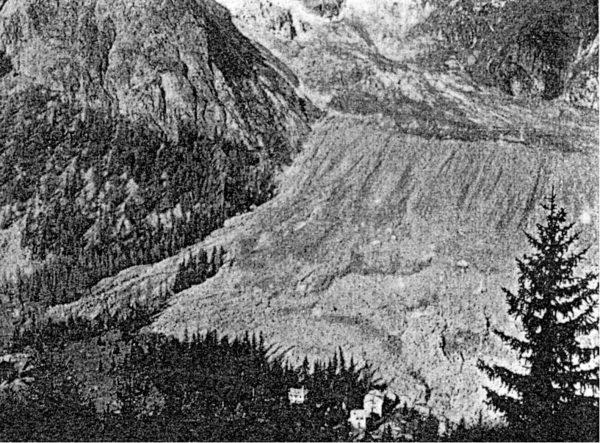 Photographie de la moraine latérale droite après l'écroulement de 1920. L'écroulement provenant du Grand Pilier d'Angle a largement débordé la moraine latérale.