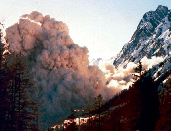 Front de l'avalanche en aérosol engendrée par l'écroulement du 18 janvier 1997. Il atteint alors le glacier inférieur (Photo M. Fonte).