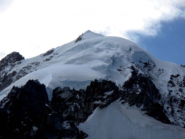 """Le glacier suspendu de la face Nord de l'Aiguille Verte est un glacier""""encore"""" froid dont la base est collée à la roche."""