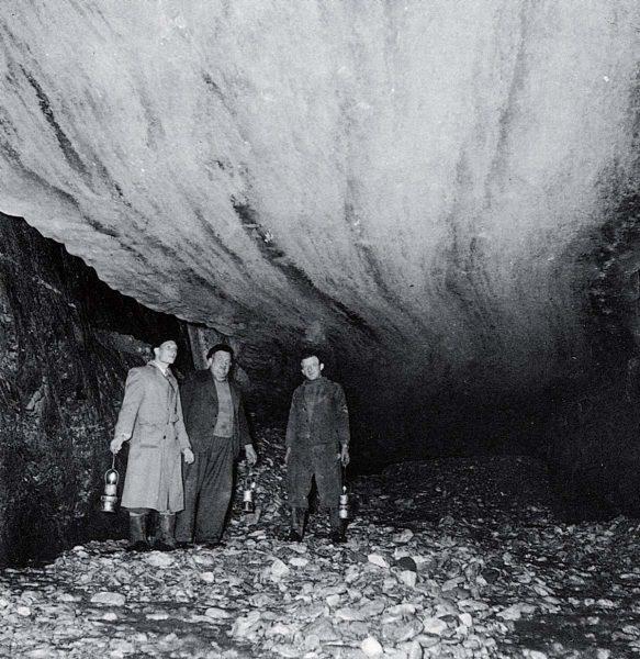 Sous le glacier de Tré-la-Tête en 1943, l'homme de gauche est l'ingénieur Max Waeber