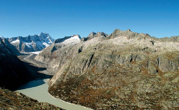 Rive gauche de la vallée glaciaire du glacier de l'Unteraar, la trimline reconstitue l'épaisseur de l'ancien glacier de l'Aar de la dernière glaciation.