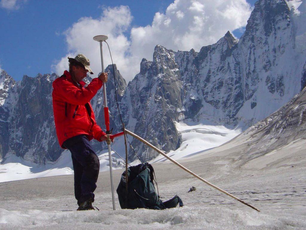 Prélèvement d'une colonne de neige en zone d'accumulation© C. Vincent