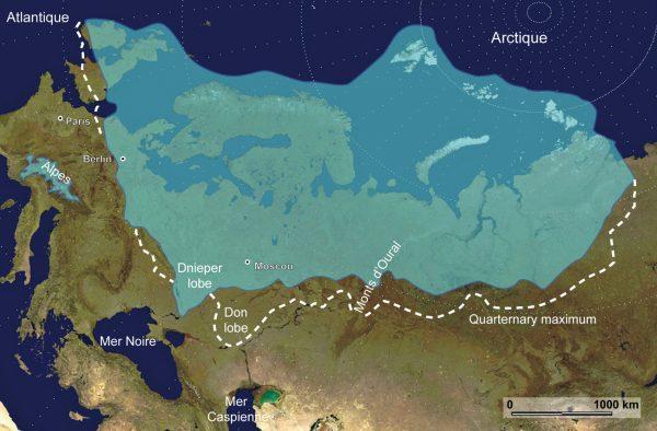 Reconstruction de la calotte Eurasienne au Saalien (il y a 140.000 ans). L'extension maximum durant le quaternaire est figuré par les pointillés verts    (programme QUEEN, Svendsen et al., 2004)