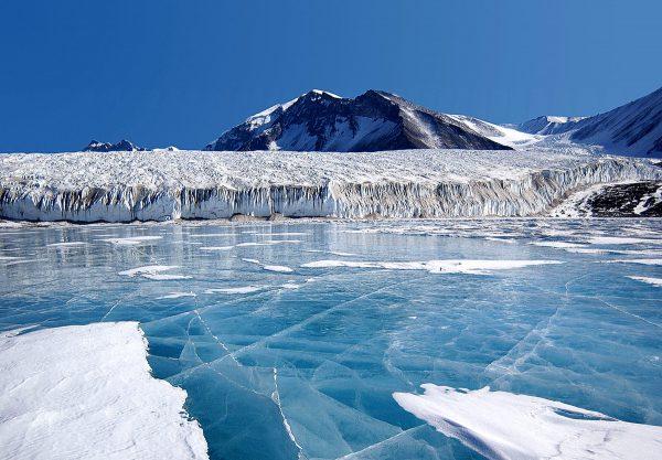 Le glacier Canada et le lac Fryxell ©Photolia