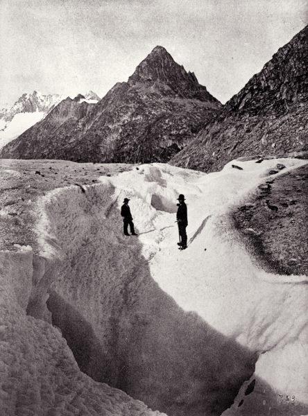 Chenal creusé à la surface du glacier pendant une vidange du lac de Märjelen